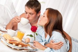 27_88d978eb12b2c4f690483b00fe781070_happy-couple-having-breakfast-in-bed-together